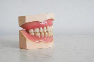 รูป 3 ไฮโดรเจนเปอร์ออกไซด์ฟอกสีฟันที่ใช้โดยทันตแพทย์มีราคาที่ไม่สูงและปลอดภัยแน่นอน
